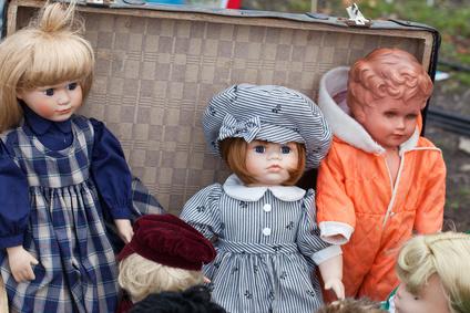 Puppen auf Flohmarkt